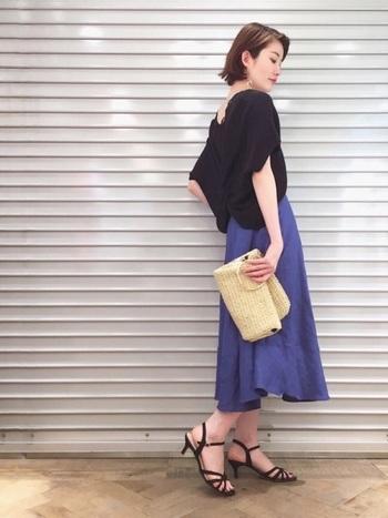 程よい光沢感と落ち感が魅力の【ウルトラマリンブルー】のスカートに、バックデザインが印象的なトップスを重ねた大人上品なスタイリング。足元は華奢なストラップサンダルを合わせてフェミニンに。