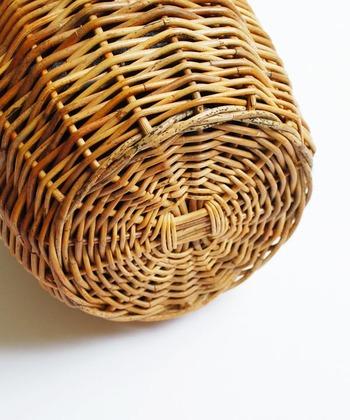素材の「アラログ」はフィリピンに自生する籐の一種で希少価値のある素材。蔓の太さがまばらであったり、黒い斑点や色味があったりと自然素材そのものの良さが滲み出ています。