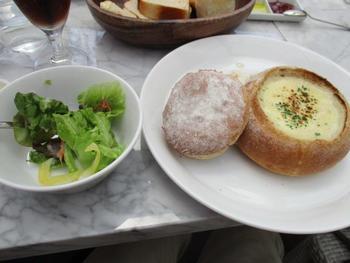 近くにはとってもおしゃれなカフェやレストランもあります。ベーカリーがとってもおいしいと人気なんだそう。テラス席はワンちゃんも同伴可能です。