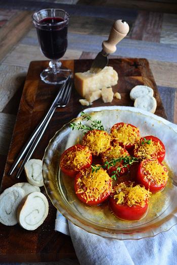ミディトマトにパルミジャーノ・レッジャーノをたっぷりかけて燻製に。トマトが主役のゴージャスな一皿が生まれます。