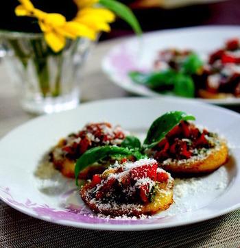 ジャガイモの台の上にトマトやバジルをのせ、たっぷりのパルミジャーノをかけた一品。華やかなメイン料理としてテーブルを彩ってくれそうです。