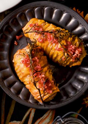 ジャガイモにアコーディオンのような切り込みを入れてオーブンで焼きます。ローズマリーなどのハーブを添えるとビジュアルの完成度が◎。