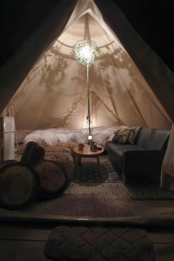 ベッドやソファーに冷蔵庫まである、至れり尽くせりのテント内も。テントの天井も高くて開放感がありますね。