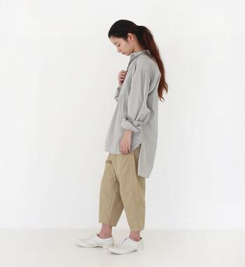 小柄な体型の方は、ビッグサイズのアイテムを着用すると着ぶくれしやすいため、足首を出すと全体的にスッキリとした印象に変化させる事ができます。