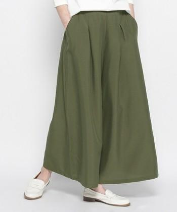 スカンツとは、スカート+パンツからできた造語。スカーチョと同様に、足を閉じるとまるでスカートのように見えるワイドパンツです。ボリュームのあるシルエットと、足首までおおう長めの丈が特長です。上半身をコンパクトにまとめてバランスをとるのが、コーディネートのコツです。