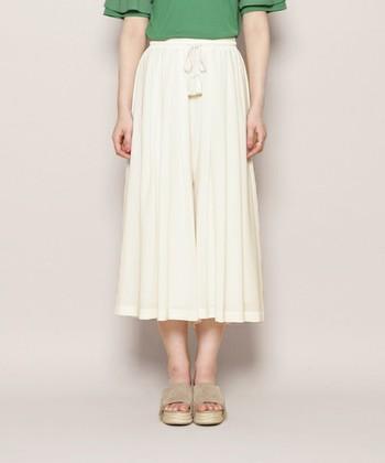 スカーチョとは、スカート+ガウチョからできた造語です。ガウチョパンツにフレア感やボリューム感がプラスされたことで、一見スカートのように見えるシルエットに。フェミニンなコーデにもぴったりのワイドパンツです。
