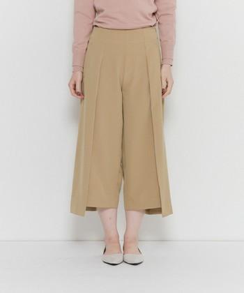 ガウチョパンツは、ひざ下丈~七分丈くらいの短め丈のワイドパンツです。動きやすい、低身長でもバランスが取りやすい、といったメリットがあります。 パラッツォパンツと比較すると、ハリのある素材が使われているものが多く、裾に向かってAライン状に広がるシルエットが特長です。