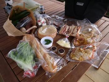 作りたいものに合わせて野菜などを選びながら、センターで食材をうけとったら早速お料理開始です!