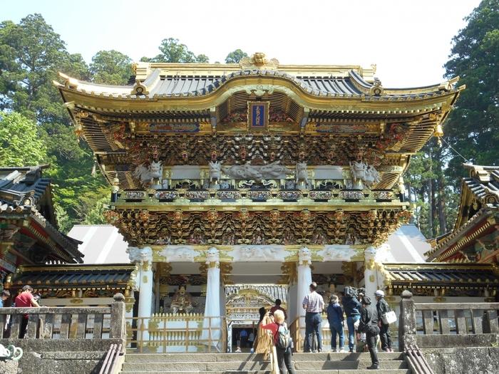 本殿へ歩いて行くとまず目を奪われるのが、4年ぶりに公開された『陽明門』です。いつまで見ていても見飽きないところから「日暮の門」ともよばれ、日本を代表する最も美しい門といわれています。修理完了を記念した限定の御朱印帳も頒布されているそうですよ。