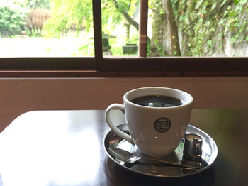 オリジナルの珈琲は深い味わいと香りが人気で、こだわりの豆は多くのカフェや旅館、お土産屋さんにも卸されています。奥には庭があり窓から緑をのんびり楽しむこともできますよ。