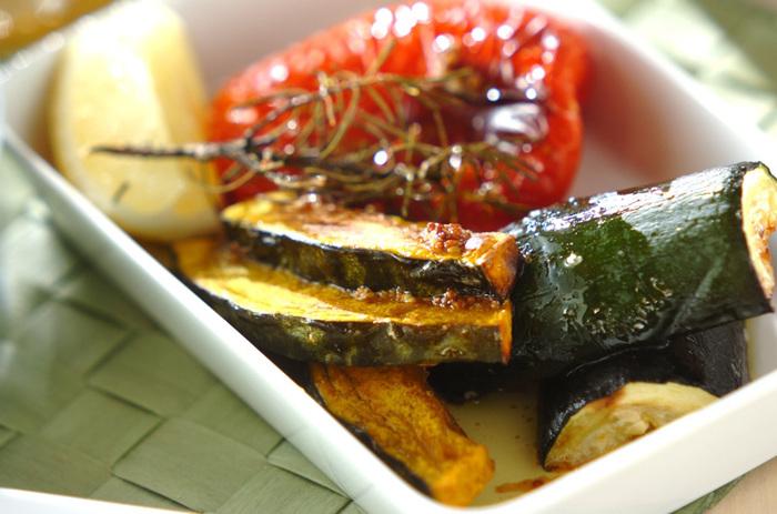 オーブン焼きやグリル野菜には、ソースやディップで変化をつけて。にんにくやマスタード、こしょうなどで香味を加えたソースは、野菜本来の旨味をより際立たせてくれます。