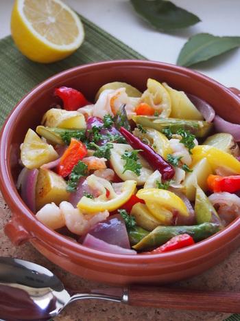 サラダにはドレッシング、温野菜ならアヒージョ。パサつきがちな野菜の味や食感をなめらかにまとめてくれるのがオイルです。オリーブオイルや亜麻仁油、ヘルシーオイルとして注目を集めているマカダミアナッツオイルなど、メニューに合わせて選んでみましょう。