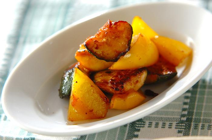 色鮮やかなズッキーニやパプリカも、夏が旬の野菜です。イカの塩辛をアンチョビのように使い、オリーブオイルとニンニクで炒めた一品は、和と洋が融合した大人のお味。