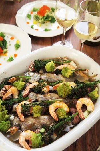 ロマネスコと、茎の長いブロッコリー「スティックセニョール」は、もともとの形状を活かしてカット。エビやあさり、白身魚など、淡白な味の魚介類と合わせて、自然な旨味を引き出したアクアパッツァです。