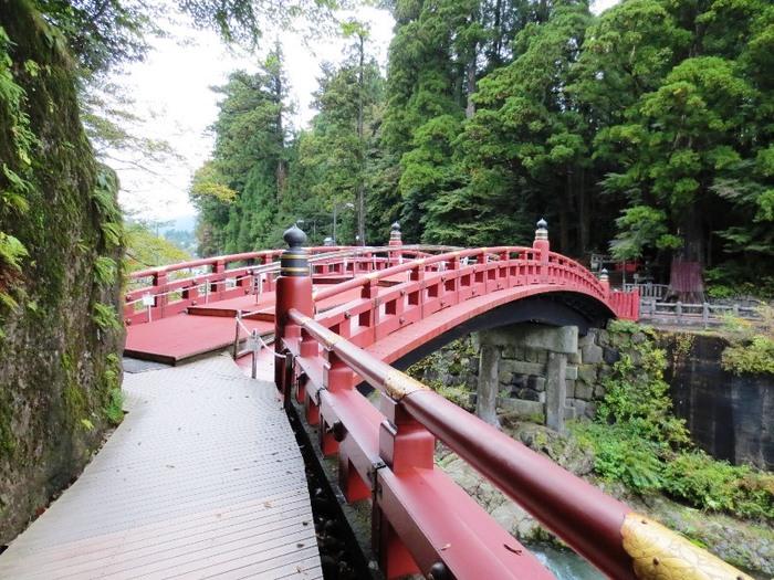 二荒山神社から少し離れたところにありますが、二社一寺に向かう途中にかかる有名な朱塗りの橋が、二荒山神社の神橋です。周囲の奥深い緑と朱色のコントラストが大変美しく人気の撮影スポットとなっています。橋の向かい側から眺めるのがおすすめ。