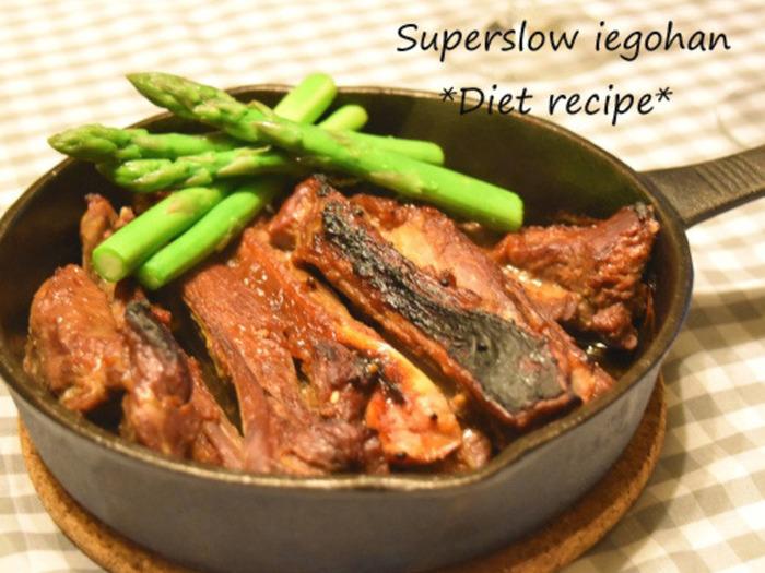 スペアリブを調味料に漬け込むので、お肉が柔らかくてジューシーに仕上がります。骨付きのワイルドなルックも◎。
