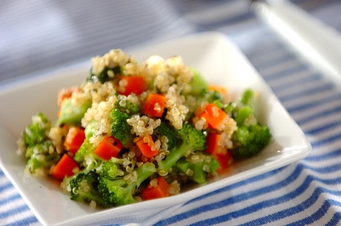 穀物の一種であるキヌア。タンパク質、食物繊維、アミノ酸が豊富で、またグルテンを含まないためグルテンフリー食材としても注目されています。茹で上げたキヌアのプチプチ食感が、いつものサラダに変化をつけてくれますよ。