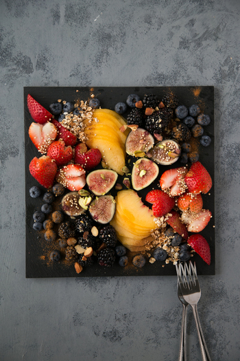 鉄分やカルシウム、食物繊維を豊富に含むイチジクに、ポリフェノールをたっぷり含むブルーベリーやブラックベリー、キヌアパフなどスーパーフルーツがたっぷりのデザートプレート。仕上げにシナモンパウダーで香りづけを。盛りつけに使った黒のスレートプレートはインスタグラムでも人気のアイテム。果物の色味が映えてアート作品のようですね。