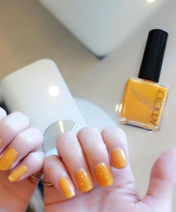 太陽のように元気なビタミンカラー。透明感と光沢感があり、夏のファッションのスパイスになるネイルポリッシュです。