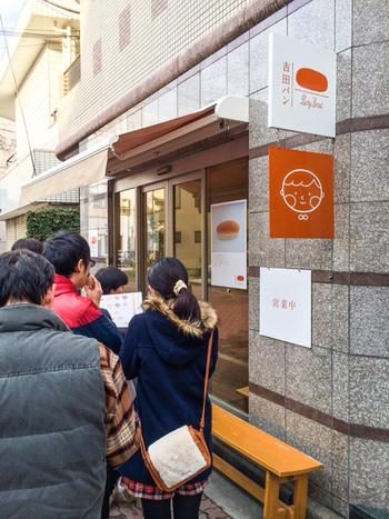 東京都葛飾区亀有、JR亀有駅北口から徒歩5分の距離にある、行列のできるパン屋さんとして知られているコッペパン専門店「吉田パン 亀有本店(画像)」。同じく足立区北千住の北千住駅に直結しているルミネ北千住の8階にも店舗があり、こちらも時間によっては行列が。