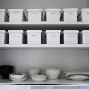 ごちゃごちゃしがちなキッチン小物はボックスに入れてしまえばスッキリします。こちらの食器棚の上にずらりと並んだ白いボックスはダイソーのもの。こちらもラベリングすることで何が入っているのか一目でわかります。他の小物類も白で統一されているので見た目もスッキリ清潔感がありますね。