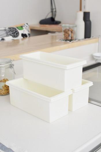 ダイソーのシンプルな白い収納ボックス。使いやすい四角い形と、余計な飾りのついていない真っ白な見た目がいいですね。どんなところにもスッとなじみ、ごちゃごちゃしたものを整理整頓してくれます。