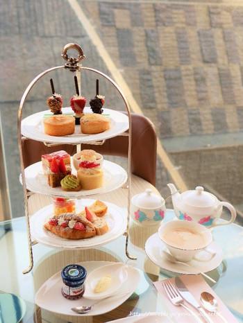 都内では低価格ながら、デザートも軽食も質・量ともに満足なうえ、紅茶が大変おいしいと評判の「ロビーラウンジ」のアフタヌーンティーセット。