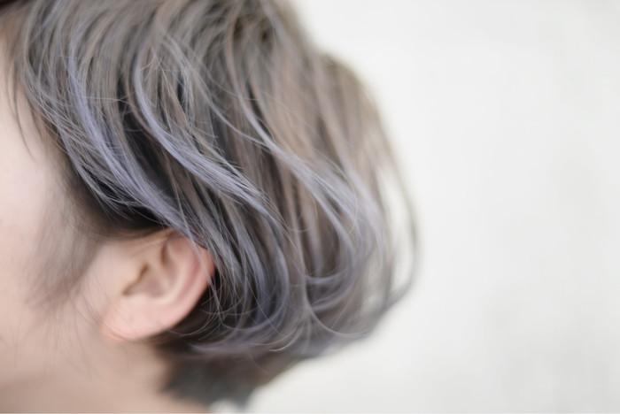 「ハイライトカラー」はいつもの髪色よりも明るめのカラーを部分的に入れて、自然な透明感や立体感をプラスするスタイリングのことです。光の反射で軽さや動きも表現することが出来るので、より美しい艶のあるヘアスタイルが実現します。