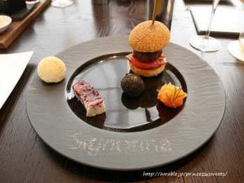 「和牛バーガー」や「トリュフポップコーン」はホテル定番の人気メニューで、他にも野菜を中心に構成されたセイボリーはボリュームたっぷりです。