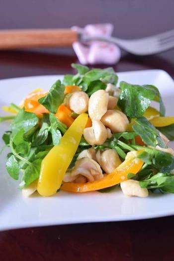 クレソンとカシューナッツ、エクストラバージンオイルの組み合わせが絶妙な美味しさのサラダ!味付けはシンプルに。ナッツの香ばしさと甘味が引き立ちます。