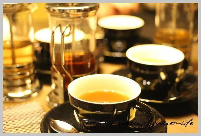 紅茶の他に中国茶やコーヒーもそれぞれ数種類ずつあり、それぞれ趣味に合わせて十分に楽しめます。