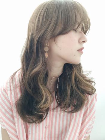 夏に似合う爽やかなミントベージュをベースに顔周りや毛先にハイライトを入れたスタイル。ヨーロッパの女の子のような軽やかなニュアンスウェーブが素敵です!