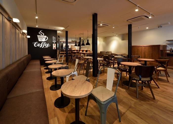神楽坂にあるこのカフェは、広い店内に設けられたコンセプトに合わせた色々なスペースがあります。こちらは1階のオープンスペース。