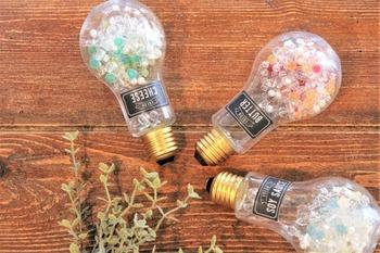 100円ショップのPET素材でできた電球型ボトルにキラキラビーズ玉を入れて。両手に持ってシャカシャカ振って遊びます。 見た目もきらきら、音も楽しい。小さな子はきっと夢中になります。
