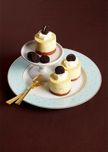 チョコレートはスイートとホワイトの二つを贅沢に使い、濃厚なクリーム感とミントフレーバーがマッチしたお洒落なムースです。ケーキ屋さんに並んでいそうなデコレーションも素敵。