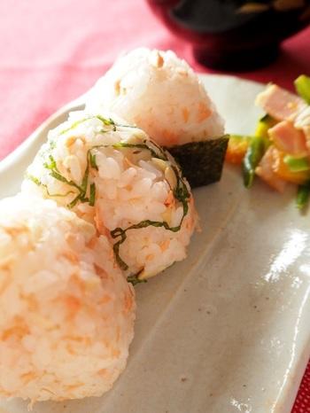 なんとこちらはカシューナッツとお米の組み合わせ!鮭とガリのアクセントが絶妙にマッチする華やかごはん♪ピクニックに持っていきたいレシピです。
