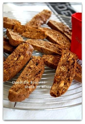 ザクザクの歯ごたえが美味しいイタリアの焼き菓子、ビスコッティ。こちらはチョコレートを混ぜ込み、ドライミントで爽やかな香りを加えています。水分が少ないので長期保存も可能。プレゼントにも最適です。