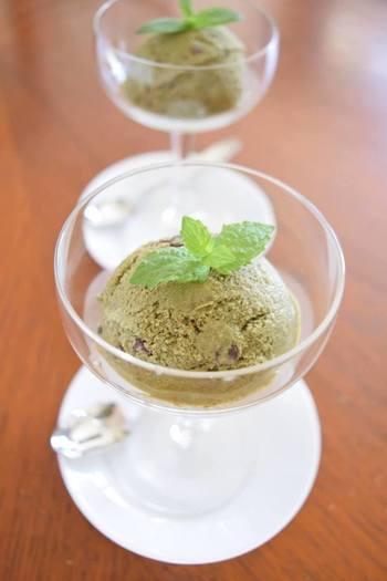 自家製のフレッシュミントがたくさん摘める季節には、こんな贅沢なアイスも。生の葉を使うこちらのレシピは、ミントが主役です。でも市販のバニラアイスを使うので、一から作るより手軽に楽しめますよ。