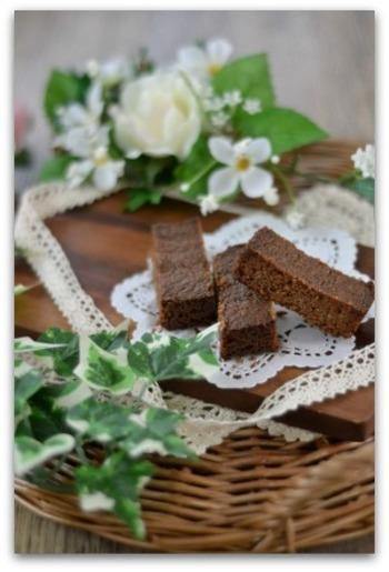 材料を混ぜて焼き、スティック状にカットする簡単さが嬉しいチョコスティックバーですが、ぎゅっと詰まった生地が見た目にも美味しそう。甘さ控えめのチョコレート味は、やっぱりミントの香りとの相性も抜群です。