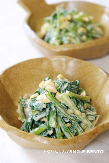 ビタミンやミネラルを多く含む小松菜とカシューナッツの組み合わせは、マヨネーズと柚子胡椒でピリッとマイルド。他の種類のナッツを使ってもOK。