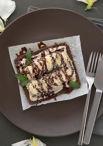いつものトーストが豪華なおやつに変身するレシピです。ナッツバターと溶かしたダークチョコレートをソースにしてパンに塗り、バナナをトッピング。たっぷりの甘さをフレッシュミントが引き締めてくれそうですね。