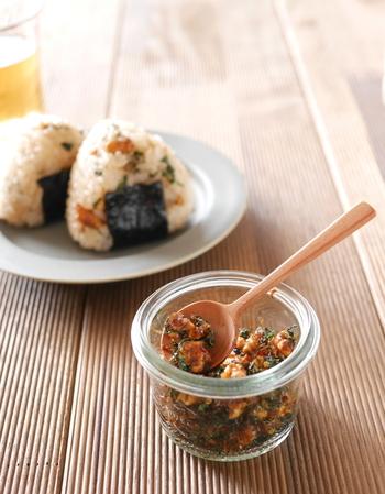 いつもの食事がグッとランクアップする、クルミ入りふりかけ。作り置きしておけば、忙しい朝でもササッと栄養チャージ。
