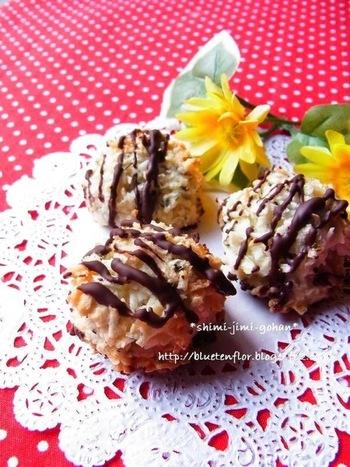 マジパンにミントを練り込んだものを混ぜた、外はサクサク、中はしっとりなココナッツマカロン。チョコレートとの相性も抜群です。特別な道具もいらず、スプーンなどで丸く成形するだけなので気軽に作れますね。