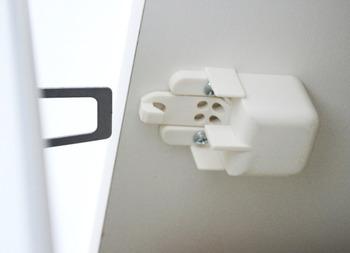 食器棚の扉には耐震ラッチを取り付けて、いざという時の飛び出し防止にもなります。