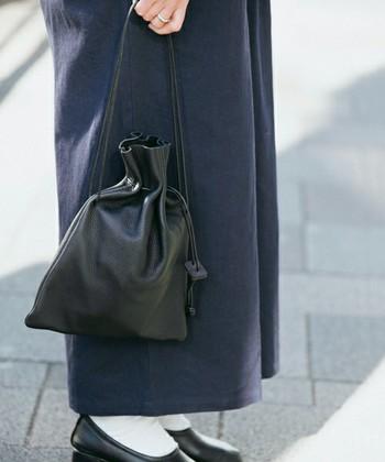 子供の頃お弁当や小物入れなどに使っていた巾着袋。そんな懐かしさを感じる巾着型のバッグ「巾着バッグ」が今、オシャレさんの間で定番となっています。 紐でキュッと結ぶだけでOKな手軽さはそのままに、上質なレザーを使ったショルダータイプや、リュックにもなる2wayタイプなど…様々なブランドの可愛い巾着バッグと素敵コーデをご紹介します♪