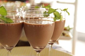 冷たいショコラドリンクを楽しみたいときはこちら。フレッシュミントを煮出したミルクを使い、ペパーミントエキストラクトも加えた、贅沢な風味を堪能できるドリンクです。