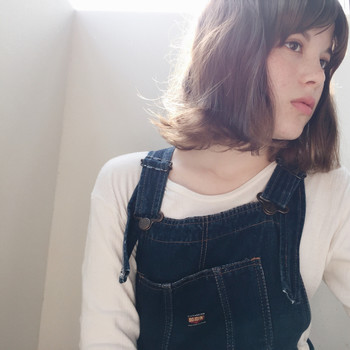 外国人の女の子風のブラウンベースのカラー×ゆるふわな大きめウェーブが可愛らしいスタイル。セパレートした前髪はカールで動きをつけて。