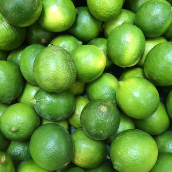 フレッシュなライムのような『黄緑(イエローグリーン)』は、気持ちをリフレッシュしたいときにぴったりな色です。きれいな発色の黄緑は、夏のコーデの差し色にもおすすめ。