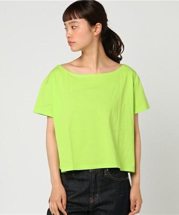 さらっと着たい黄緑色のTシャツ。ジーンズやスカート、チノパンなどベーシックアイテムに合わせて、気軽に楽しめるカジュアルコーデに。