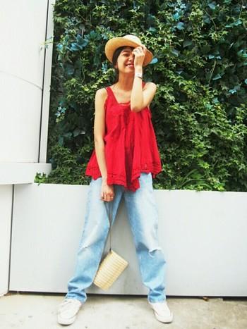 鮮やかな赤のパテンレースキャミソールが主役の元気な夏のデニムコーデ。裾は長めにしてゆるっとスニーカーを合わせてこなれた感じに、帽子とバッグで夏らしさをプラスして。